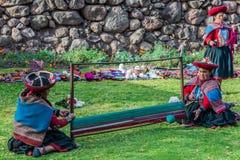 Kvinnor som väver peruanen Anderna Cuzco Peru Royaltyfri Bild