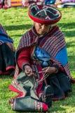 Kvinnor som väver peruanen Anderna Cuzco Peru Arkivfoto