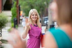 Kvinnor som vinkar sig fotografering för bildbyråer