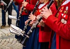 Kvinnor spelar ett stycke av musik på klarinetten royaltyfri foto