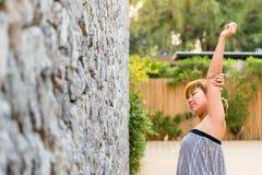 Kvinnor sträcker sig elasticiteten lazily i morgonen på hennes gar Arkivfoto