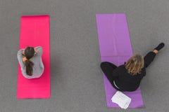 Kvinnor tar en grupp på yogafestivalen 2014 i Milan, Italien Arkivfoto