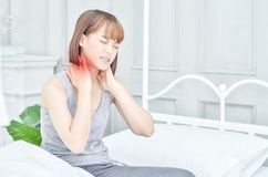 Kvinnor tog deras händer på halsen Hon har smärtar i hennes hals arkivfoton