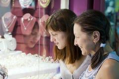 Kvinnor väljer smycken Royaltyfri Foto