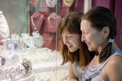 Kvinnor väljer smycken Royaltyfri Fotografi
