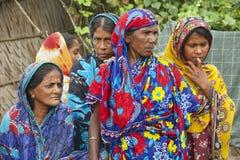 Kvinnor väntar på deras maker från fiske i Mongla, Bangladesh Arkivbilder