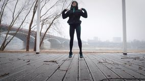Kvinnor värmer upp, innan de kör som joggar stock video