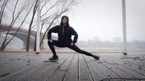 Kvinnor värmer upp, innan de kör som joggar lager videofilmer