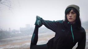 Kvinnor värmer upp, innan de kör som joggar arkivfilmer