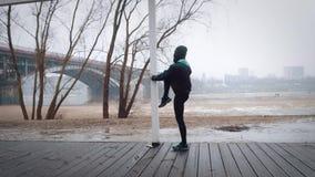 Kvinnor värmer upp, innan de kör som joggar ultrarapid arkivfilmer