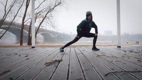 Kvinnor värmer upp, innan de kör som joggar ultrarapid stock video