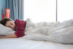 Kvinnor vaknar upp sent i morgonen royaltyfri bild