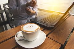 Kvinnor viker deras muffar för att arbeta i coffee shop Arkivfoto