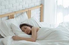 Kvinnor vilar p? soffan fotografering för bildbyråer