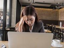 Kvinnorna är stressade om arbete royaltyfri fotografi