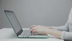 Kvinnorna öppnar bärbara datorn för arbete lager videofilmer