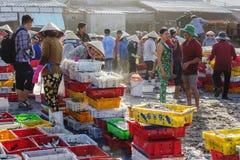 Kvinnorna utbyter fisken på den långa Hai fiskmarknaden royaltyfri bild