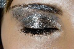 Kvinnors ögon med modesmink arkivbild