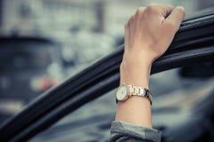 Kvinnors armbandsur på flickans hand Flicka skyndsamt och att stå i en trafikstockning Time ?r pengar Mannen förlorar tid arkivfoton