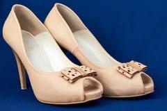 Kvinnors beigea läder   pip-tå skor med pilbågen Royaltyfri Bild