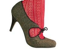 Kvinnors ben i röd strumpbyxor med den retro skon Arkivfoto