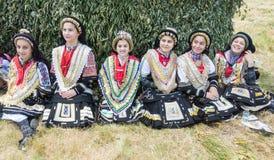 Kvinnors del av den grekiska danshelheten på festivalen Rozhen 2015 i Bulgarien royaltyfri bild