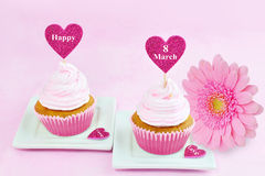 8 kvinnors för mars kort för hälsning för dag rosa med muffin, hjärta och gerberaen Arkivbilder
