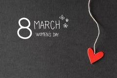 8 kvinnors för mars meddelande för dag med pappers- hjärtor Royaltyfria Foton
