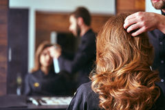 Kvinnors frisyr frisör skönhetsalong arkivfoto