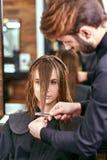 Kvinnors frisyr frisör skönhetsalong royaltyfria foton