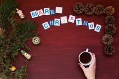 Kvinnors garneringar för ferie för nytt år för gåvor för julgran för bakgrund för handjul royaltyfri bild