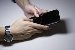 Kvinnors händer med telefonen royaltyfria bilder