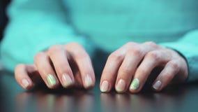 Kvinnors händer som knackar lätt på nervöst, fingrar på tabellen stock video