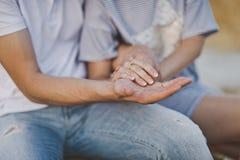 Kvinnors hand över mans 6559 Arkivbild