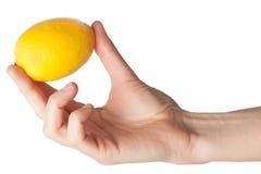 Kvinnors hand med citronen Fotografering för Bildbyråer