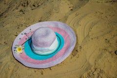Kvinnors hatt på sanden Bakgrund royaltyfria foton
