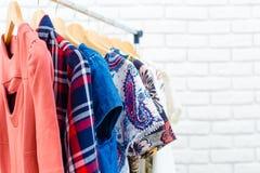 Kvinnors kläder och tillbehör Arkivfoto