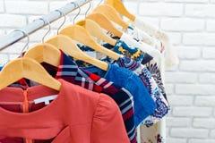 Kvinnors kläder och tillbehör Arkivfoton