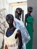 Kvinnors `-kläder på svarta skyltdockor Royaltyfri Bild