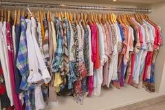 Kvinnors kläder som hänger på stången Royaltyfri Fotografi