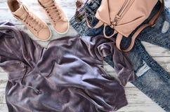 Kvinnors kläder, tillbehör, violett sammethoodie för skodon, ac royaltyfri foto
