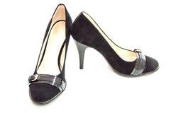 Kvinnors medel heeled pumps på vit Arkivfoton