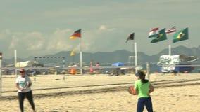 kvinnors 60p lek för strandtennis på den Copacabana stranden i Rio de Janeiro arkivfilmer