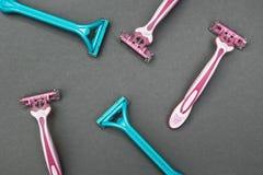 Kvinnors rakknivar för hygien på en grå bakgrund arkivbild