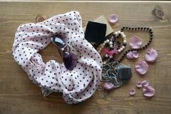 Kvinnors rosa halsduk, exponeringsglas och pärlor royaltyfri fotografi