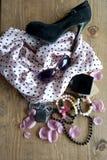 Kvinnors rosa halsduk, exponeringsglas och skor arkivbilder