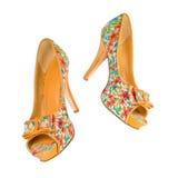 Kvinnors skor i blom- tryck i luften royaltyfria foton