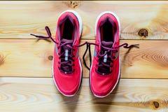 Kvinnors skor som är rosa för att köra Arkivbild
