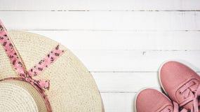 Kvinnors sommarskor och hatt för strandferier arkivfoton