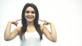 Kvinnors stående av skönhet Attraktiv ung kvinna som poserar i en studio över en vit bakgrund Nätt flicka modell med arkivfilmer